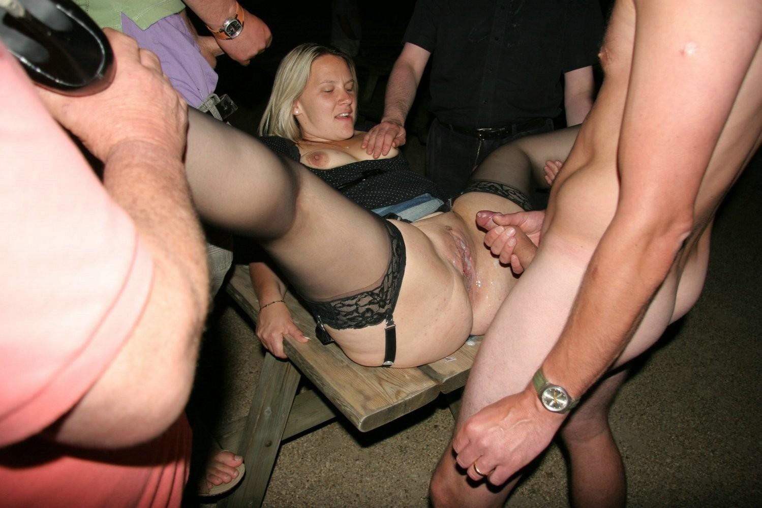 В доме терпимости пьяных шлюх ебут