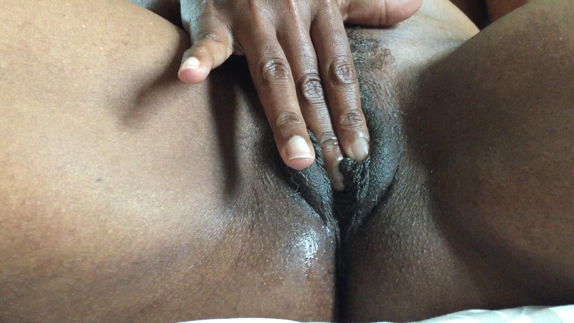 Негритянка ласкает себя пальчиком — 3