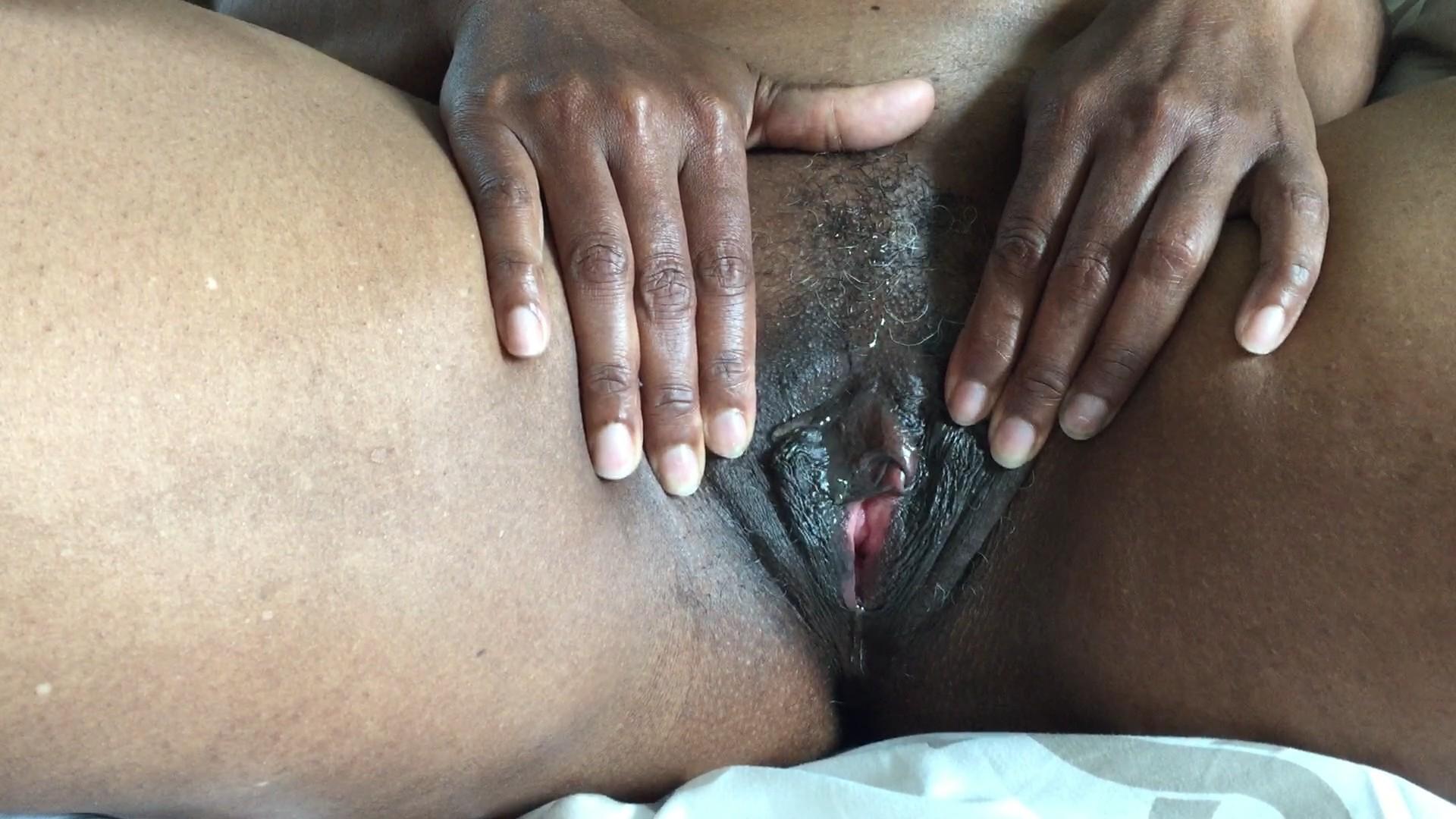 Негритянка ласкает себя пальчиком, большие голые целюлитные жопы