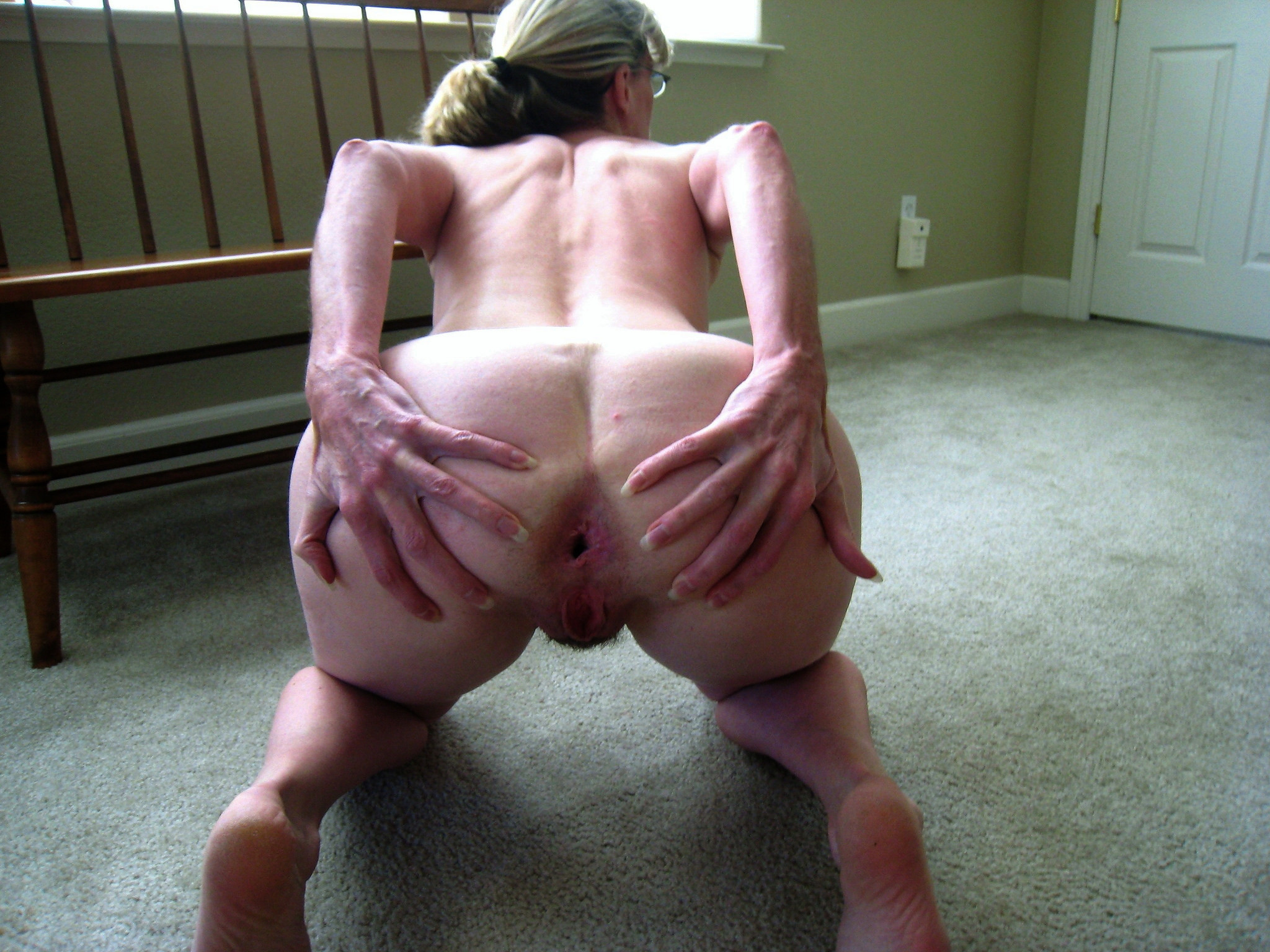 Старая толстая баба раздвинула ягодицы чтоб ее трахнули в очко