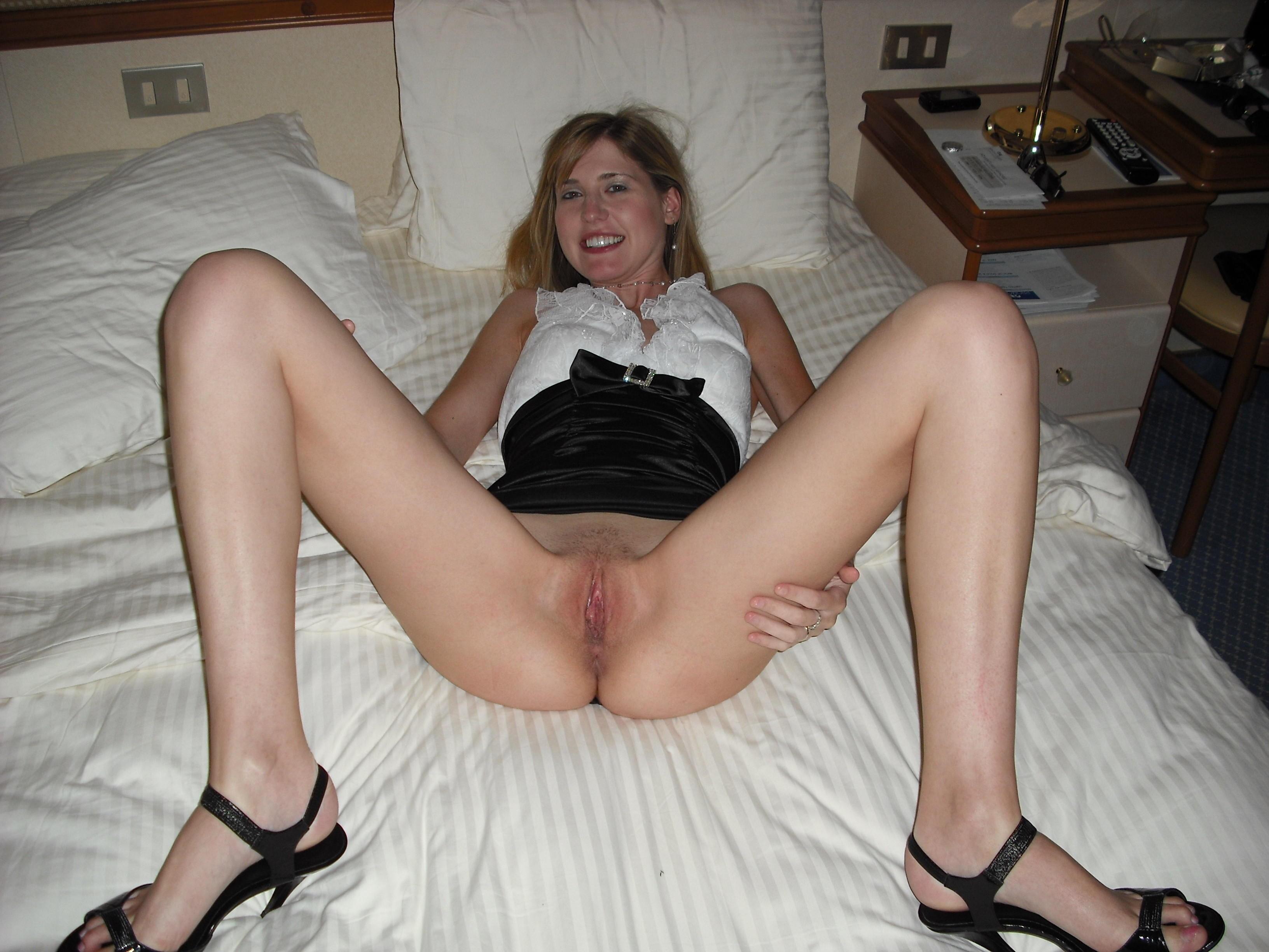 Slutty gf nude pussy posing