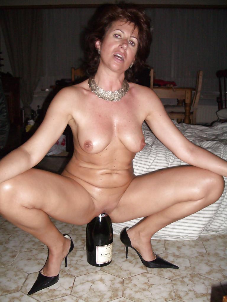 мамки с бутылкой в пизде - 9