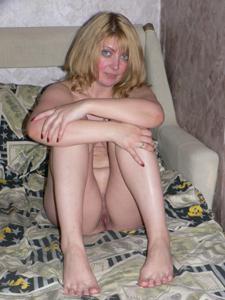 Голая киска слегка пьяной жены - фото #4