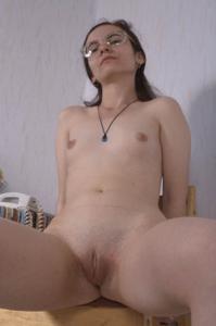 Девушка с плоской грудью принимает участие в групповушке - фото #10