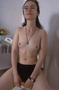 Девушка с плоской грудью принимает участие в групповушке - фото #7