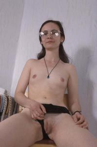 Девушка с плоской грудью принимает участие в групповушке - фото #8