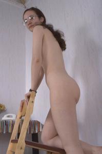 Девушка с плоской грудью принимает участие в групповушке - фото #9
