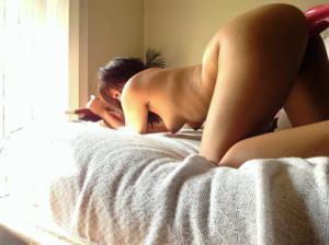 Арабка с бритой пиздой развлекает себя секс игрушками - фото #32