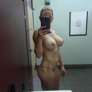Спортивная женщина с большими половыми губами - фото #5