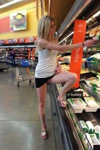 Блондинка гуляет в короткой юбке без трусиков - фото #11