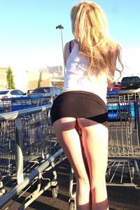 Блондинка гуляет в короткой юбке без трусиков - фото #14