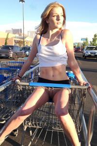 Блондинка гуляет в короткой юбке без трусиков - фото #15