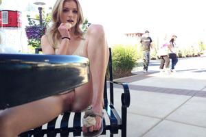 Блондинка гуляет в короткой юбке без трусиков - фото #3