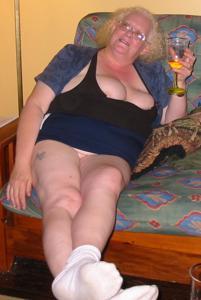 Пьяная старуха светанула пиздой - фото #1