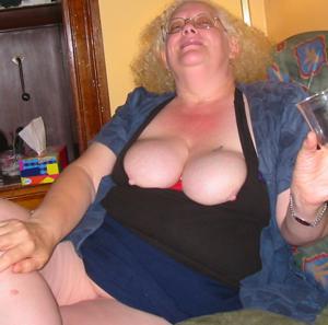 Пьяная старуха светанула пиздой - фото #3