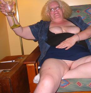 Пьяная старуха светанула пиздой