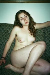 Грустный взгляд у волосатой телочки - фото #2