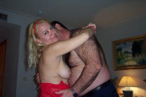 Зрелая блондинка и ее волосатый муж - фото #1