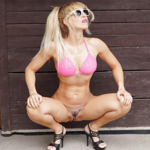 Худая немка в бикини без плавок - фото #1