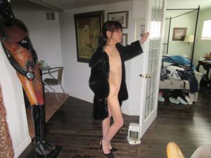 В легком манто на голое тело - фото #1