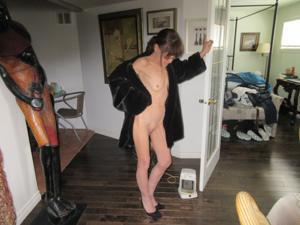В легком манто на голое тело - фото #2