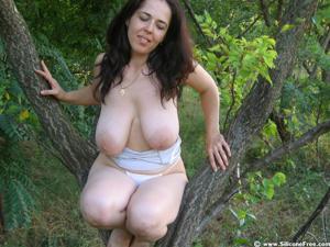 Позирование сисястой брюнетки в лесу и не только - фото #14