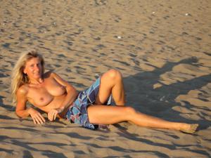 Худая милфа оголяется в отпуске - фото #12