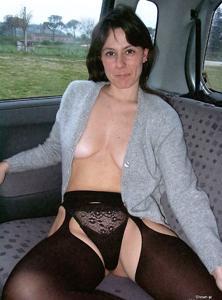 Хорошенькая брюнетка позирует дома и в машине - фото #31