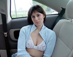 Хорошенькая брюнетка позирует дома и в машине - фото #34