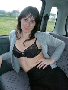 Хорошенькая брюнетка позирует дома и в машине - фото #37