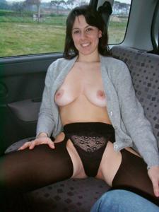 Хорошенькая брюнетка позирует дома и в машине - фото #46