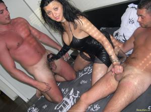 Из всех видов секса она предпочитает ганг банг - фото #45