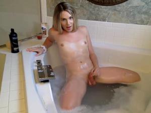 Блондинка дрочит попку в ванной - фото #12
