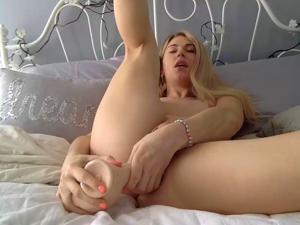 Блондинка дрочит попку в ванной - фото #5
