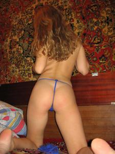 Молодая русская домохозяйка примеряет нижнее белье - фото #16