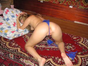 Молодая русская домохозяйка примеряет нижнее белье - фото #20