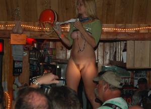 Пьяные телки танцуют на стойке бара - фото #12