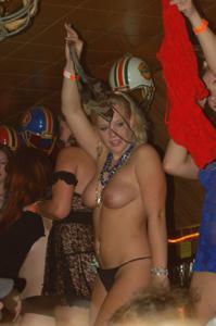Пьяные телки танцуют на стойке бара