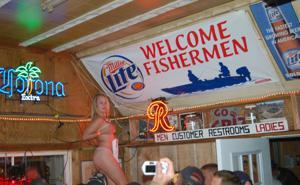 Пьяные телки танцуют на стойке бара - фото #6