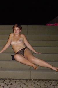 Пьяная разделась на набережной - фото #3