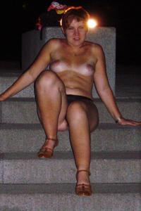 Пьяная разделась на набережной - фото #6