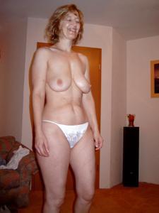 Зрелая дама выпивает голая - фото #1