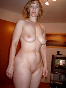 Зрелая дама выпивает голая