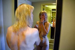 Зрелая дама выпивает голая - фото #6