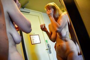 Зрелая дама выпивает голая - фото #7