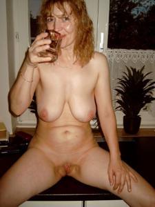 Зрелая дама выпивает голая - фото #8