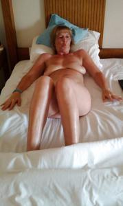 Зрелая дама выпивает голая - фото #9