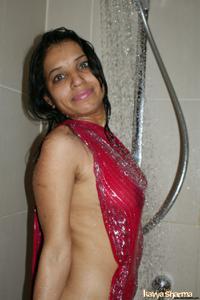 Индианка принимает ванну