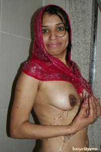 Индианка принимает ванну - фото #7