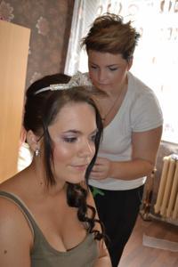 Одевает свадебное платье - фото #1